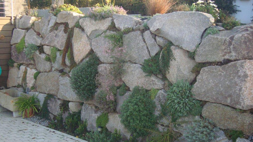 Enrochement granit avec poche de plantation enrochement for Enrochement paysager
