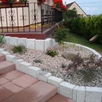 massif minéral en granit rose avec des palissades en granit grises